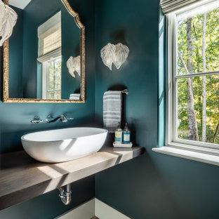 他の地域の中くらいの地中海スタイルのおしゃれなトイレ・洗面所 (オープンシェルフ、グレーのキャビネット、緑の壁、テラコッタタイルの床、ベッセル式洗面器、木製洗面台、ピンクの床、グレーの洗面カウンター) の写真