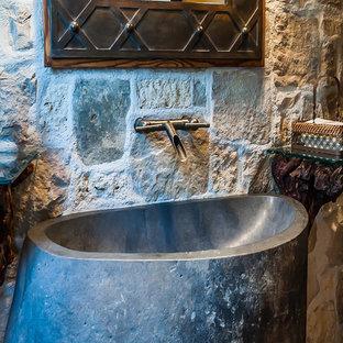 Ispirazione per un grande bagno di servizio american style con consolle stile comò, ante in legno scuro, piastrelle beige, piastrelle di pietra calcarea, pareti gialle, lavabo a colonna e top in saponaria