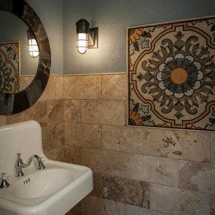 インディアナポリスの小さい地中海スタイルのおしゃれなトイレ・洗面所 (茶色いタイル、トラバーチンタイル、ライムストーンの床、壁付け型シンク、レンガ壁) の写真