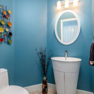 Foto di un bagno di servizio classico con pareti blu, parquet chiaro, lavabo a colonna e pavimento beige
