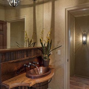 Esempio di un ampio bagno di servizio classico con lavabo a bacinella, top in legno, pareti beige e pavimento in legno massello medio