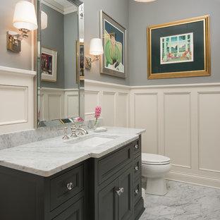 Foto di un bagno di servizio tradizionale di medie dimensioni con ante con riquadro incassato, ante grigie, pareti grigie, pavimento in marmo, lavabo sottopiano, top in marmo, pavimento grigio e top grigio