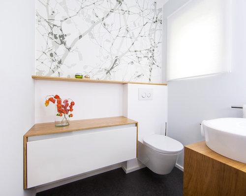 Mittelgroße Moderne Gästetoilette Mit Flächenbündigen Schrankfronten,  Weißen Schränken, Wandtoilette, Weißer Wandfarbe, Aufsatzwaschbecken