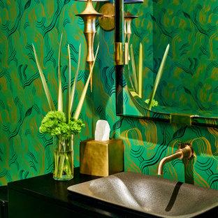 Esempio di un bagno di servizio minimal con ante lisce, ante nere, pareti multicolore, lavabo a bacinella, top nero e carta da parati