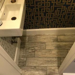 Идея дизайна: маленький туалет в современном стиле с унитазом-моноблоком, белой плиткой, керамогранитной плиткой, разноцветными стенами, полом из керамогранита, подвесной раковиной, столешницей из искусственного камня и серым полом