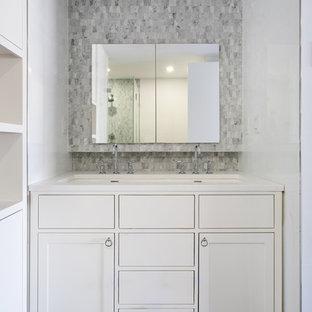Стильный дизайн: маленький туалет в современном стиле с плоскими фасадами, белыми фасадами, серой плиткой, плиткой мозаикой, белыми стенами, полом из керамогранита, раковиной с несколькими смесителями и столешницей из искусственного камня - последний тренд