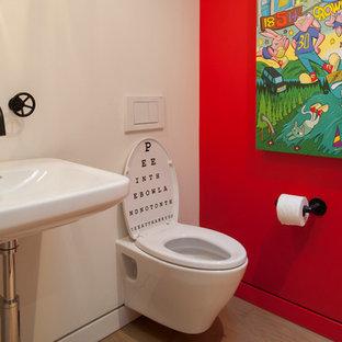 Réalisation d'un WC et toilettes minimaliste avec un lavabo de ferme, un WC suspendu et un sol en bois clair.