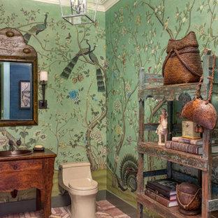 Aménagement d'un WC et toilettes éclectique avec un placard en trompe-l'oeil, des portes de placard en bois sombre, un mur vert, un sol en brique, un lavabo posé, un plan de toilette en bois, un sol rouge et un plan de toilette marron.