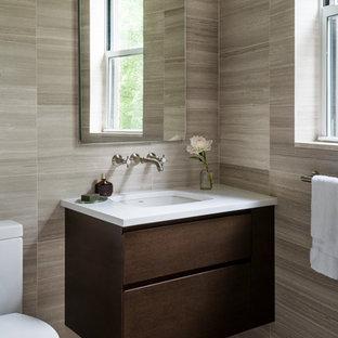 Пример оригинального дизайна: маленький туалет в стиле современная классика с темными деревянными фасадами, унитазом-моноблоком, каменной плиткой, бежевыми стенами, полом из мозаичной плитки, врезной раковиной, столешницей из кварцита, серым полом, белой столешницей, плоскими фасадами и серой плиткой