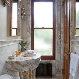 Réalisation d'un WC et toilettes tradition avec un mur beige, un plan vasque, un sol blanc et un plan de toilette multicolore.