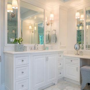 Идея дизайна: туалет среднего размера в современном стиле с полом из мозаичной плитки, врезной раковиной и столешницей из ламината