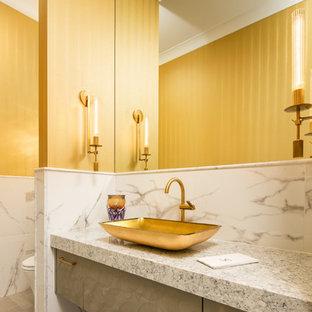 Ispirazione per un bagno di servizio classico di medie dimensioni con ante lisce, ante marroni, piastrelle grigie, piastrelle bianche, piastrelle di marmo, pareti multicolore, pavimento in gres porcellanato, lavabo a bacinella e pavimento marrone
