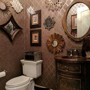 Неиссякаемый источник вдохновения для домашнего уюта: маленький туалет в классическом стиле с фасадами островного типа, искусственно-состаренными фасадами, унитазом-моноблоком, фиолетовыми стенами, полом из травертина, столешницей из меди, бежевым полом и накладной раковиной