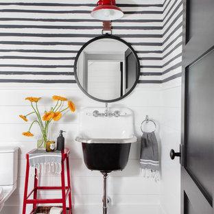 Пример оригинального дизайна: большой туалет в стиле кантри с открытыми фасадами, раздельным унитазом, разноцветными стенами, темным паркетным полом, подвесной раковиной и коричневым полом