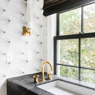 Foto di un bagno di servizio classico con pareti multicolore, lavabo sottopiano e top grigio