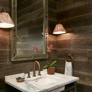 Ejemplo de aseo rural, pequeño, con paredes marrones, lavabo bajoencimera y encimeras blancas