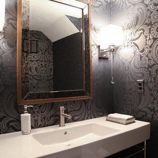 Пример оригинального дизайна: туалет среднего размера в современном стиле с унитазом-моноблоком, белой плиткой, плиткой из листового камня, черными стенами, паркетным полом среднего тона и раковиной с несколькими смесителями