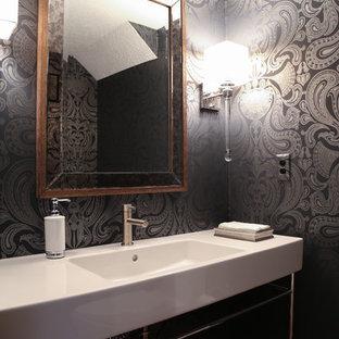 Идея дизайна: туалет среднего размера в современном стиле с унитазом-моноблоком, белой плиткой, плиткой из листового камня, черными стенами, паркетным полом среднего тона и раковиной с несколькими смесителями