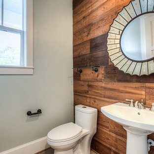 На фото: со средним бюджетом туалеты среднего размера в стиле кантри с унитазом-моноблоком, зелеными стенами, светлым паркетным полом и раковиной с пьедесталом