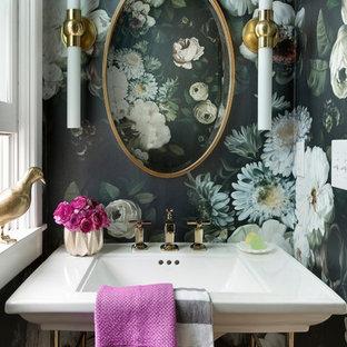 Modelo de aseo clásico renovado con paredes multicolor y lavabo tipo consola