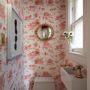 Foto de aseo clásico renovado con paredes rojas y lavabo suspendido