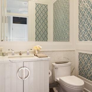 Cette image montre un WC et toilettes victorien avec des portes de placard blanches, un carrelage bleu et carrelage en mosaïque.