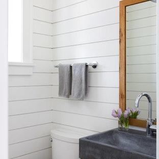Свежая идея для дизайна: маленький туалет в стиле кантри с фасадами в стиле шейкер, фасадами цвета дерева среднего тона, белыми стенами, столешницей из бетона, серой столешницей и консольной раковиной - отличное фото интерьера