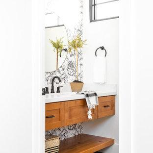 Imagen de aseo de estilo de casa de campo, pequeño, con armarios estilo shaker, puertas de armario de madera clara, paredes blancas, suelo de baldosas de porcelana, lavabo bajoencimera, encimera de mármol, suelo azul y encimeras blancas