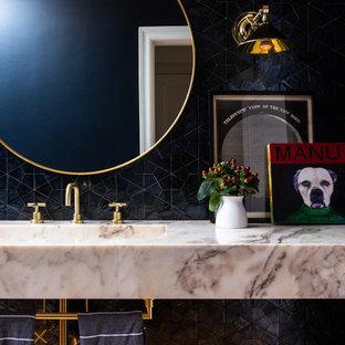 ロサンゼルスのトランジショナルスタイルのおしゃれなトイレ・洗面所 (黒いタイル、一体型シンク、大理石の洗面台、マルチカラーの洗面カウンター) の写真