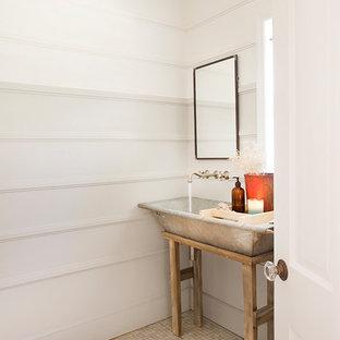 Идея дизайна: туалет в стиле кантри с раковиной с несколькими смесителями и полом из мозаичной плитки