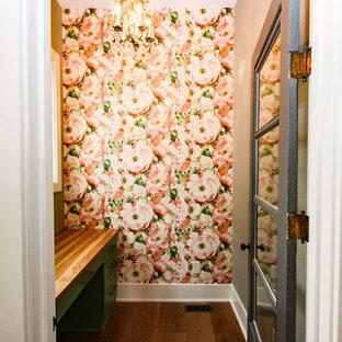 Foto di un piccolo bagno di servizio country con ante lisce, ante verdi, piastrelle rosa, pareti rosa, parquet scuro, top in legno e pavimento marrone