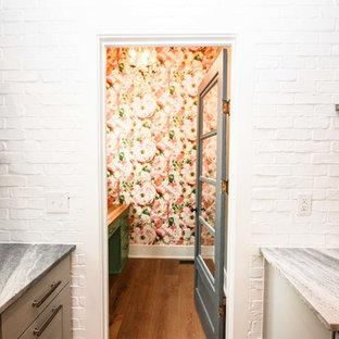 Ispirazione per un piccolo bagno di servizio country con ante lisce, ante verdi, piastrelle rosa, pareti rosa, parquet scuro, top in legno e pavimento marrone