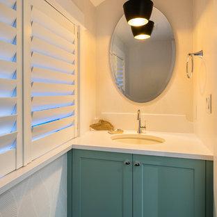 На фото: маленький туалет в стиле современная классика с фасадами в стиле шейкер, зелеными фасадами, бежевыми стенами, полом из керамогранита, врезной раковиной, столешницей из искусственного кварца и серым полом с