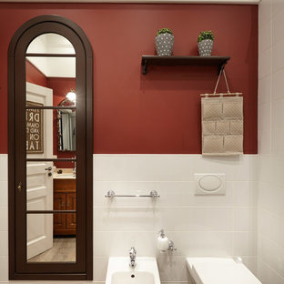 На фото: с невысоким бюджетом туалеты среднего размера в классическом стиле с белой плиткой, керамической плиткой, красными стенами, полом из керамической плитки и биде
