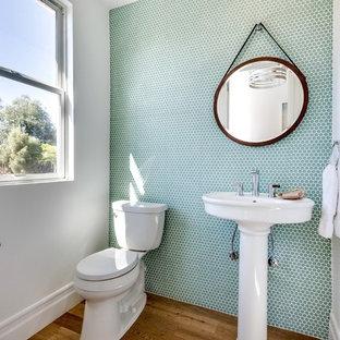 Стильный дизайн: туалет в морском стиле с раковиной с пьедесталом, раздельным унитазом, зелеными стенами, зеленой плиткой и плиткой мозаикой - последний тренд