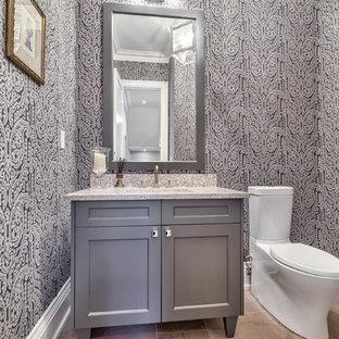 Esempio di un bagno di servizio tradizionale di medie dimensioni con ante con riquadro incassato, ante grigie, WC monopezzo, pareti multicolore, pavimento in gres porcellanato, lavabo sottopiano, top in granito, pavimento beige e top multicolore
