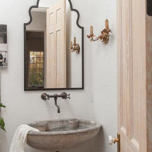 Неиссякаемый источник вдохновения для домашнего уюта: туалет в средиземноморском стиле с подвесной раковиной