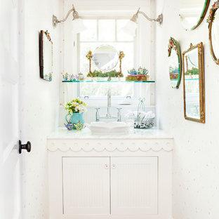 Immagine di un piccolo bagno di servizio stile shabby con ante bianche, pavimento in legno massello medio, lavabo a bacinella, top in marmo, pareti bianche e ante con riquadro incassato