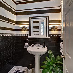 Cette image montre un petit WC et toilettes victorien avec un lavabo de ferme, un carrelage noir, des carreaux de céramique, un mur multicolore et un sol en carrelage de céramique.