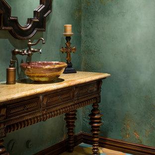 Идея дизайна: туалет в средиземноморском стиле с настольной раковиной, фасадами островного типа, темными деревянными фасадами, зелеными стенами и полом из терракотовой плитки