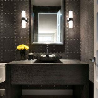 Réalisation d'un petit WC et toilettes design avec un placard en trompe-l'oeil, des portes de placard en bois sombre, un carrelage marron, un mur marron, une vasque, un plan de toilette en bois et un sol gris.
