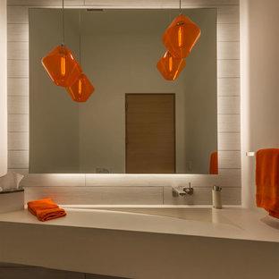 Immagine di un bagno di servizio minimal con piastrelle in ceramica, top in cemento, piastrelle grigie, lavabo integrato e pareti bianche