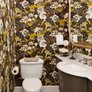 Свежая идея для дизайна: маленький туалет в классическом стиле с коричневыми фасадами, раздельным унитазом, врезной раковиной, белой столешницей, разноцветными стенами, полом из мозаичной плитки и разноцветным полом - отличное фото интерьера
