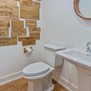 グランドラピッズの小さいラスティックスタイルのおしゃれなトイレ・洗面所 (分離型トイレ、白い壁、コルクフローリング、ペデスタルシンク) の写真