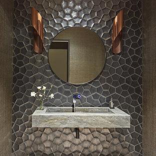 Imagen de aseo contemporáneo, de tamaño medio, con baldosas y/o azulejos grises, paredes grises, lavabo suspendido, suelo beige y encimeras grises