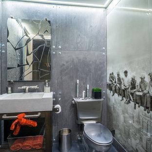 Пример оригинального дизайна: туалет среднего размера в стиле лофт с раздельным унитазом, серыми стенами, открытыми фасадами, темными деревянными фасадами, серой плиткой, металлической плиткой, монолитной раковиной и столешницей из кварцита