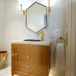 Идея дизайна: туалет среднего размера в классическом стиле с фасадами с утопленной филенкой, желтыми фасадами, унитазом-моноблоком, белой плиткой, плиткой мозаикой, белыми стенами, полом из мозаичной плитки, накладной раковиной, мраморной столешницей, разноцветным полом и разноцветной столешницей
