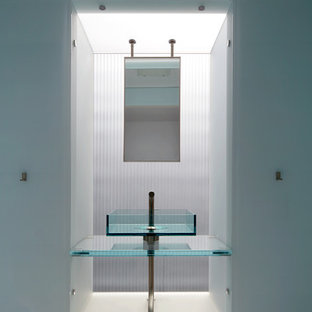Foto di un bagno di servizio design con lavabo a bacinella e top in vetro