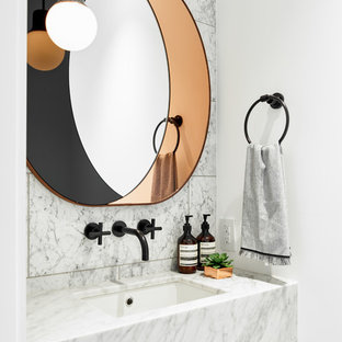 Стильный дизайн: маленький туалет в современном стиле с каменной плиткой, белыми стенами, врезной раковиной, мраморной столешницей, белой плиткой и белой столешницей - последний тренд