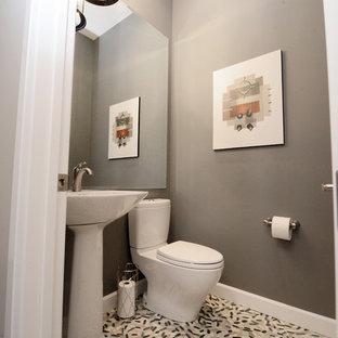 На фото: маленький туалет в современном стиле с унитазом-моноблоком, бежевой плиткой, коричневой плиткой, серой плиткой, разноцветной плиткой, плиткой мозаикой, серыми стенами, полом из мозаичной плитки и раковиной с пьедесталом с